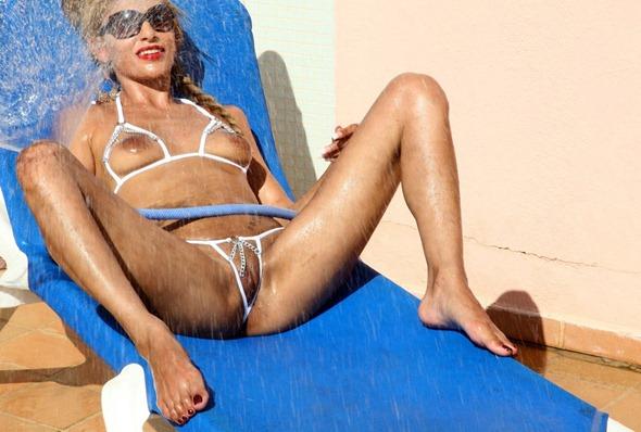 ramona_spreading_legs